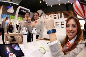 SK텔레콤이 스페인 바르셀로나에서 개최되는 MWC 2015에 참가해 다양한 라이프웨어(Lifeware) 제품을 선보인다. 사진은 2일 MWC SK텔레콤 부스에서 도우미들이 스마트 밴드, T키즈폰 준 등 라이프웨어 제품을 시연하고 있다.