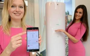 LG전자 모델들이 LG전자 전시 부스 내 IoT 존에서, LG G 플렉스2 스마트폰으로 에어컨을 원격 제어하는 모습을 선보이고 있다