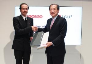 LG유플러스는 2일 스페인 바르셀로나에서 열리고 있는 MWC 2015에서 카타르 1위 이동통신사인 오레두와 홈IoT 사업협력을 위한 양해각서를 체결했다. 사진은 이상철 LG유플러스 부회장과 사우드 빈 나세르 알 타니 오레두 최고경영자가 악수를 나누고 있는 모습