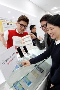 KT는 삼성전자 플래그십 모델인 갤럭시S6, 갤럭시S6 엣지의 예약가입을 4월 1일부터 4월 9일까지 전국 올레매장 및 온라인 공식채널인 올레샵(shop.olleh.com)을 통해 진행한다고 밝혔다. 사진은 올레매장에서 갤럭시S6, 갤럭시S6 edge 예약가입을 진행하는 모습