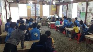 지역아동센터 아동들과 사회복무요원 봉사자들이 공주 도예촌에서 도예체험을 하고 있다.