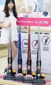 LG전자 프리미엄 무선 청소기 코드제로 핸디스틱이 국내 누적 판매량 10만대를 돌파했다. (사진제공: LG전자)