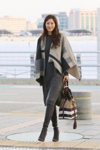 인천공항에서 포착된 배우 수현이 우아한 분위기로 편안한 룩을 선보였다 (사진제공: 버버리 코리아)