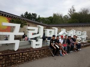 서울투어에 나선 고양 이민자 통합센터 이민자들이 국립민속박물관에서 사진촬영하다 (사진제공: 고양이민자통합센터)