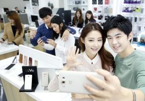 LG전자가 8일 전략 스마트폰 'LG V10'을 국내 이동통신 3사를 통해 출시한다. 이 제품의 국내 출고가는 799,700원이다. LG V10은 세계최초로 듀얼 셀피 카메라와 세컨드 스크린 등을 적용해 사용자의 비주얼 경험을 강화한 것이 특징이다. (사진제공: LG전자)