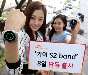 SK텔레콤 모델이 기어 S2 band를 착용 후 소개하고 있다 (사진제공: SK텔레콤)