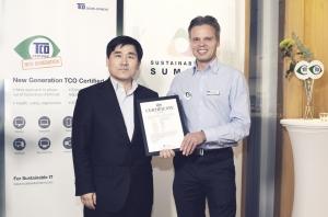 TCO Display 7.0 인증서 수여식(좌:삼성전자 서종준차장, 우:Soren Enholm, CEO, TCO) (사진제공: 삼성전자)