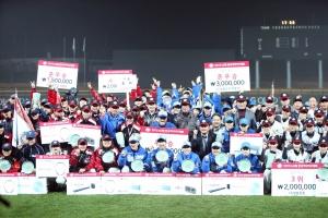 LG전자가 후원하는 2015 LG배 한국여자야구대회가 폐막했다. 지난 14일 경기 이천에서 열린폐막식에서 여자야구 선수들과 주요 관계자들이 단체사진을 촬영하고 있다. (사진제공: LG전자)