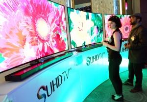 삼성전자가 지난 4월 3일 미국 뉴욕에서 개최한 SUHD TV 런칭 이벤트에서 관람객들이 삼성 SUHD TV를 체험하고 있다. (사진제공: 삼성전자)