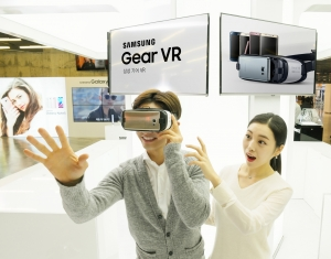 삼성전자 모델이 서울 서초구에 위치한 삼성전자 딜라이트샵에서 새롭게 출시된 기어 VR을 소개하고 있다 (사진제공: 삼성전자)
