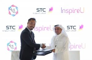 지난 11월 두바이에서 열린 정보통신쇼핑박람회에서 SK와 STC 관계자가 만나 양사간 벤처기업 공동육성 및 현지사업화 지원을 다짐하는 협약서를 체결한 뒤 상호협력을 다짐하고 있다 (사진제공: SK)