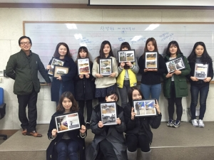 대구가톨릭대학교 문화예술경영 연계전공생들이 대구 범어역에서 스마트폰 사진전을 개최하였다. (사진제공: 희망나눔연구센터)