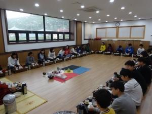 동명대 세계선센터에서 진행 중인 다도 프로그램 참여 모습 (사진제공: 동명대학교)