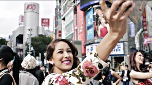 전 세계 70여 개국의 '미스 인터내셔널 미인대회'(Miss International Beauty Pageant) 후보들이 도쿄 패션 중심지인 시부야에서 아이 쇼핑을 즐기는 모습을 담았다. (사진제공: ASATSU-DK)