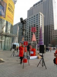 팝페라 가수 이사벨이 광화문 동아일보사 앞에서 공연을 하고 있다 (사진제공: 보쉬시큐리티시스템즈)