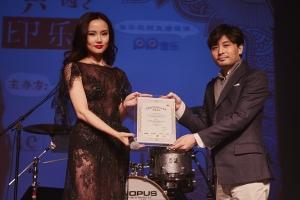 중국 가수 황링(사진 왼쪽)과 주홀딩스 김건우 회장(사진 오른쪽) (사진제공: 주홀딩스그룹)