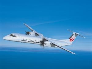 봄바디어 커머셜 에어크래프트와 일본 오키나와의 류큐에어커뮤터가 최초 Q400 화물-콤비 항공기를 각각 인도하고 건네 받았다 (사진제공: Bombardier)