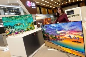 모델이 쇼룸에서 슈퍼 울트라HD TV 신제품을 소개하고 있다. 왼쪽부터 각각 65형, 65형, 86형 제품 (사진제공: LG전자)