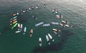 파타고니아코리아가 지난 1일 병신년(丙申年) 새해를 맞아 서핑 명소로 유명한 강원도 양양 죽도해변에서 뉴 이어 서핑 이벤트를 진행했다 (사진제공: 파타고니아코리아)