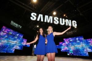 6일부터 9일까지 미국 라스베이거스에서 열리는 세계 최대 가전전시회 CES 2016의  삼성전자 전시장 앞에서 삼성전자 모델들이 삼성 SUHD TV를 소개하고 있다 (사진제공: 삼성전자)