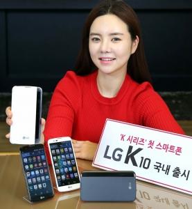 LG전자 모델이 프리미업급 디자인을 채용한 보급형 스마트폰 K10을 들고 포즈 취하고 있다 (사진제공: LG전자)
