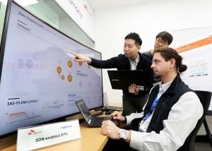 SK텔레콤은 글로벌 네트워크 장비 업체인 노키아와 분당 종합기술원에 위치한 5G글로벌 혁신센터에서 국내 최초로 유선인프라 5G 기술 시연에 성공했다 (사진제공: SK텔레콤)