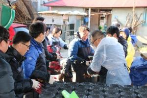 지난해 12월 29일 교촌에프앤비㈜ 임직원이 사랑의 연탄나눔 행사를 진행했다. 경기도 안성시 미양면 일대의 이웃에게 1만장의 연탄을 전달했다. (사진제공: 교촌에프앤비)