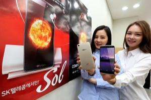 중구 태평로에 위치한 SK텔레콤 대리점에서 전문 모델들이 태양의 스마트폰 Sol을 선보이고 있다. Sol은 합리적인 가격, 미디어 콘텐츠 이용에 특화된 하드웨어 사양, 액세서리를 갖췄다. (사진제공: SK텔레콤)