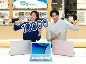 삼성전자가 지난 6일 시작된 아카데미 행사 열흘 만에 노트북 9 시리즈 국내 판매 1만대를 돌파했다. 삼성전자는 뛰어난 성능, 슬림한 디자인, 초경량을 모두 충족시키면서 견고한 내구성까지 갖춘 것을 노트북 9 시리즈의 인기 요인으로 분석했다. 삼성전자 모델이 서울 서초동에 위치한 삼성 딜라이트에서 출시 열흘만에 국내 판매 1만대를 돌파한 노트북 9 시리즈를 소개하고 있는 모습 (사진제공: 삼성전자)
