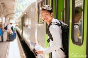 기차에서 내리는 유럽 배낭 여행자 (사진제공: 레일유럽)