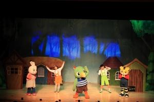 어린이 율동놀이 뮤지컬 호비쇼 6 수수께끼 놀이터 공연을 하고 있다 (사진제공: 에듀챌린지)