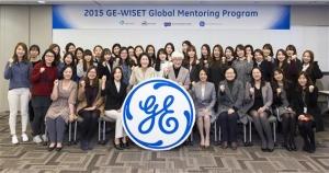 2015 WISET 글로벌 멘토링 킥오프 미팅에서 기념 촬영을 하고 있다 (사진제공: 한국여성과학기술인지원센터)