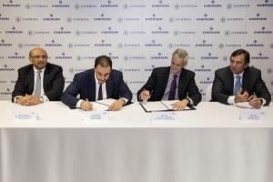 에머슨 회장이자 CEO인 데이비드 파(오른쪽 끝)와 카본 홀딩스의 회장이자 CEO인 바질 엘바즈(왼쪽에서 두번째)가 양해 각서에 서명하고 있다 (사진제공: 한국에머슨프로세스매니지먼트)