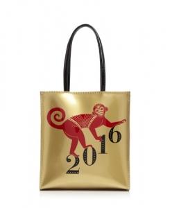 블루밍데일스의 대표적인 브라운 백을 모델로 한 리틀 몽키 백(Little Monkey Bag) (사진제공: Bloomingdale's)