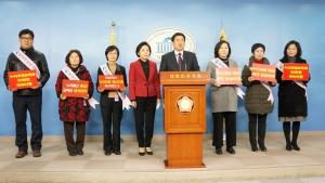 지난 13일 국회 정론관에서 개최된 한국어린이집총연합회 긴급 기자회견에서 보육대란을 막기 위한 즉각적인 누리과정 예산편성을 촉구하고 있다 (사진제공: 한국어린이집총연합회)