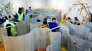 미로를 통과하는 종이 놀이터 전경 (사진제공: 서울시립청소년직업체험센터(하자센터))