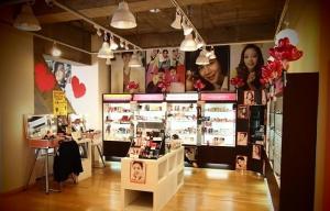 밸런타인데이를 앞두고 동경에 위치한 한류 화장품 편집숍 스킨가든은 시즌에 맞춘 다양한 한국 화장품을 구성하여 고객들을 맞고 있다. (사진제공: 스킨가든)