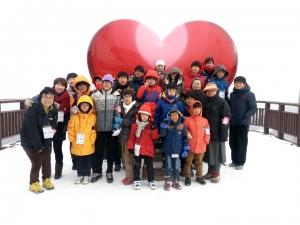 1월 26일~27일 KMI 대구센터가 후원한 스키캠프에 참여한 수녀님들과 수도사, 아이들이 기념촬영을 하는 모습이다 (사진제공: 한국의학연구소)