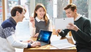 삼성전자 모델이 윈도우 OS와 키보드로 태블릿의 한계를 넘어선 갤럭시 탭프로 S를 소개하고 있다. (사진제공: 삼성전자)
