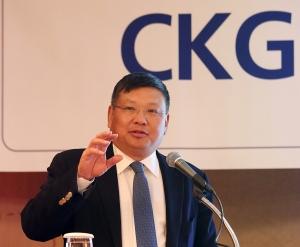 2월 4일 롯데호텔 사파이어룸에서 열린 2016 CKGSB 신년 세미나'에서 장강경영대학원 샹빙 총장이 중국의 경제 성장과정과 한계, 앞으로의 가능성에 대해 전망하는 특별강연을 진행하고 있다 (사진제공: CKGSB)