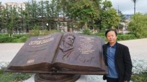 나상만 교수가 러시아 유즈노 사할린스크시 안톤 체홉  도서박물관 앞에서 사진촬열을 했다 (사진제공: 제5스튜디오)