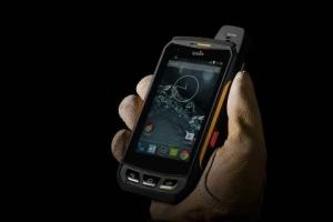 소님의 울트라 러기드 스마트폰은 극한 환경에서 근무하는 사용자들을 위해 특별히 제작되었다. 소님 스마트폰은 완전 방수/방진 기능 및 콘크리트 위 2m 높이에서의 낙하에도 잘 견디는 내구성을 보유하고 있다. (사진제공: Enevate Corporation)