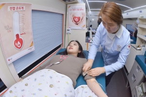 15일 서울시 종로구 LG광화문빌딩에서 겨울철 혈앤난 해소를 위한 LG 사랑의 헌혈 캠페인에 참여한 직원들이 헌혈을 하고 있다 (사진제공: 서브원)