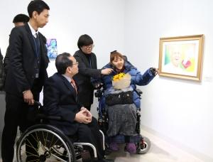 장애인작가의 작품설명 (사진제공: 서울특별시립북부장애인종합복지관)
