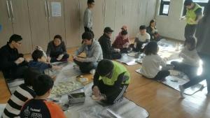 사회복무요원들이 지역아동센터 가족을 초청하여 만두만들기를 하는 모습이다 (사진제공: 한국보건복지인력개발원 사회복무교육본부)