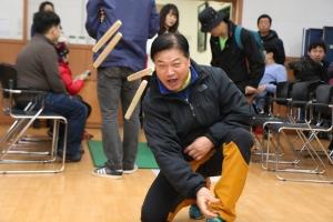 윷놀이에 열중하고 있는 복지관 이용고객 (사진제공: 서울특별시립북부장애인종합복지관)