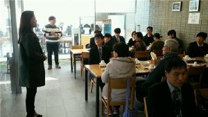 동명대 노성여 교수(왼쪽에 서 있는 이)가 창업동아리 활동 졸업생-학부모 등과 가진 이색3각멘토링 장면. (사진제공: 동명대학교)