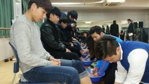지난 2015년 2월 동명대 신입생동기유발학기 프로그램 중 선후배간 세족식 장면 (사진제공: 동명대학교)