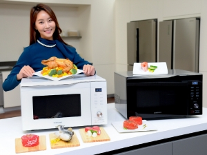 삼성전자 모델이 경기도 수원에 위치한 삼성전자 디지털시티 생활가전동 프리미엄하우스에서 핫블라스트 기능이 적용된 삼성 스마트오븐 32L 신제품을 소개하고 있다 (사진제공: 삼성전자)