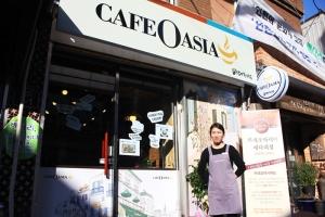 바리스타 경력을 살려 자신의 카페인 카페오아시아 배다리점을 연 새터민 출신 이명애 씨가 2월 23일 카페 매장 앞에서 웃어보이고 있다 (사진제공: 사회적기업지원네트워크)